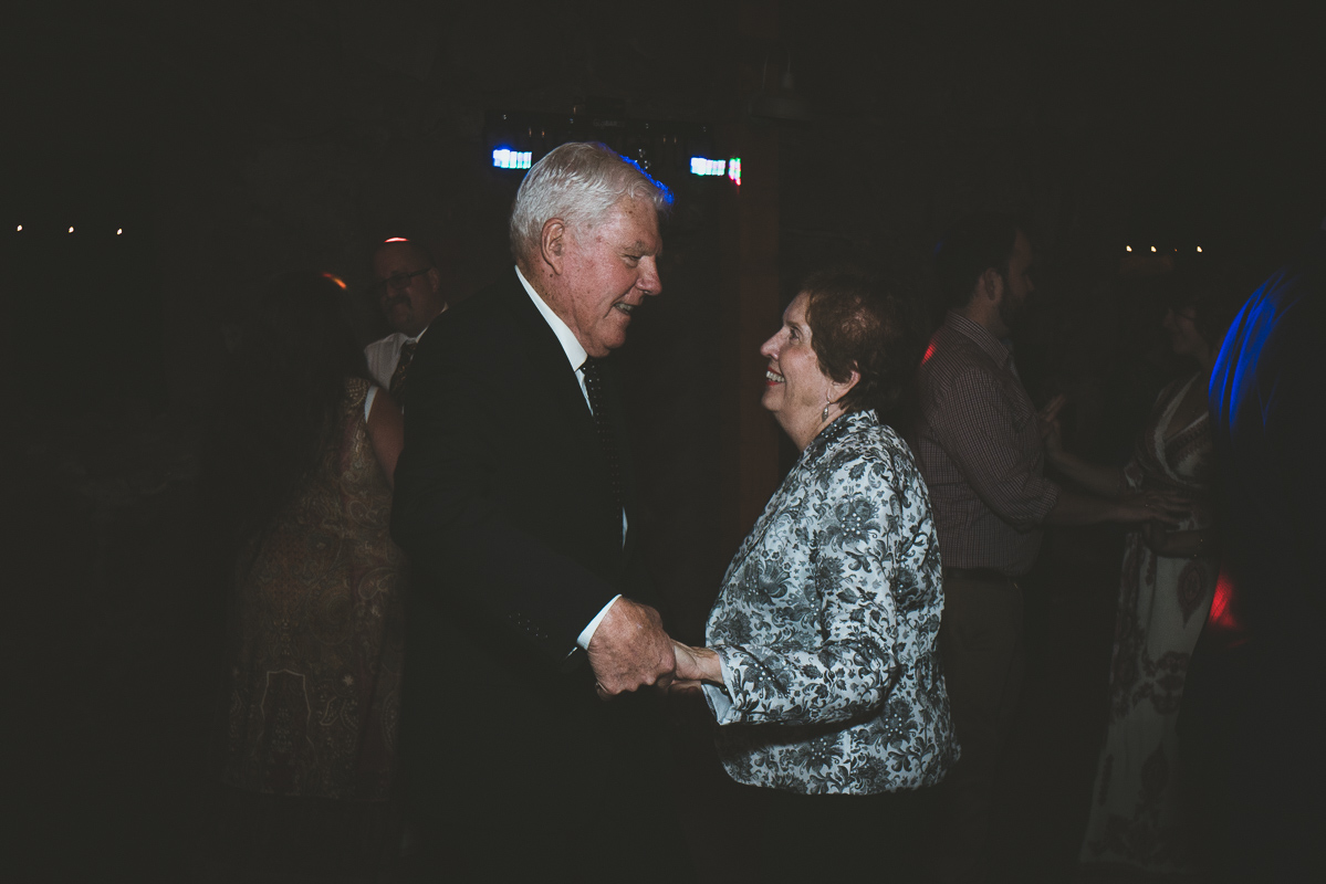 Grandparents dancing at the recpecion